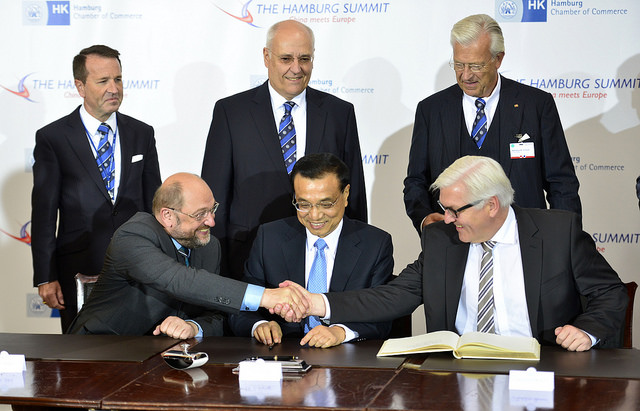 European Parliament President Martin Schulz, Chinese Prime Minister Li Keqiang, German Minister for Foreign Affairs Frank-Walter Steinmeier sign the Golden Book at a summit in Hamburg in October 2014. Credit: Martin Schulz / Flickr.